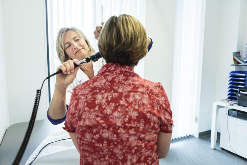 Een vrouw wordt onderzocht bij de dokter (Foto: Joris Casaer)