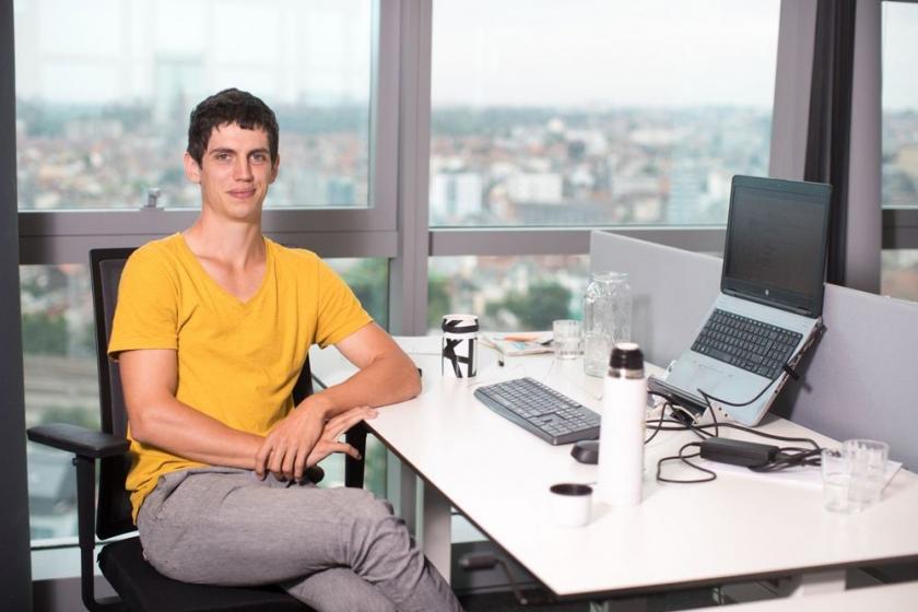 Roeland Juchtmans aan bureau