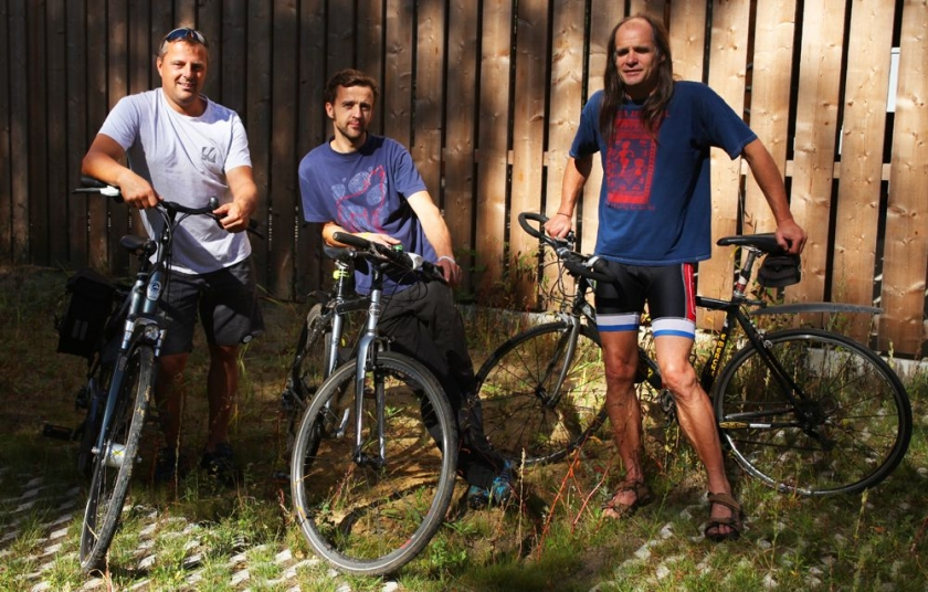 drie collegas met fiets